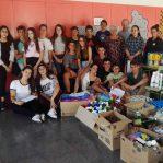 Alumnes de l'Institut de Taradell recapten productes de neteja i higiene per a Càritas